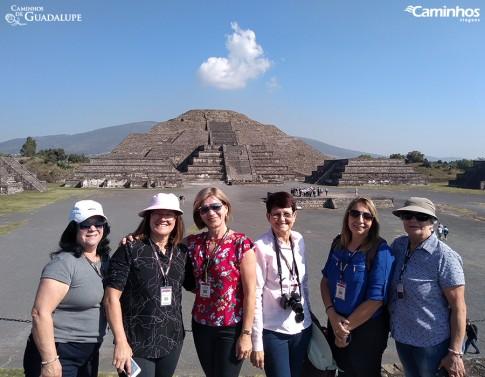 Caminheiras em frente à Pirâmide da Lua, Teotihuacán, México