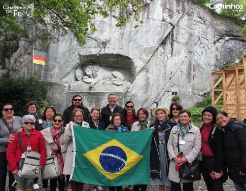 Família Caminhos no monumento ao Leão Ferido, Lucerna, Suíça