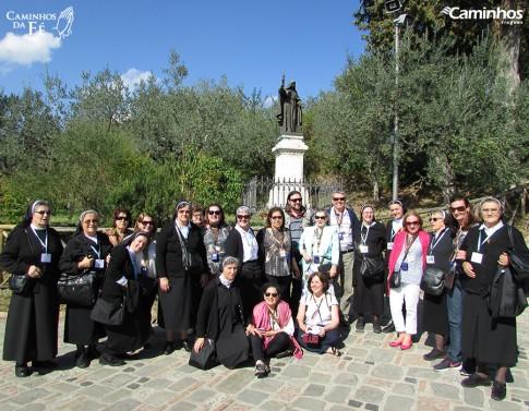 Família Caminhos em frente à estátua de Santa Clara, Assis, Itália