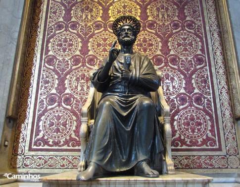 Estátua de São Pedro sobre seu túmulo, Vaticano