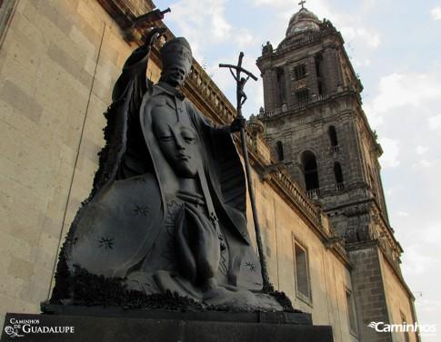 Estátua de São João Paulo II na Catedral Metropolitana, Cidade do México