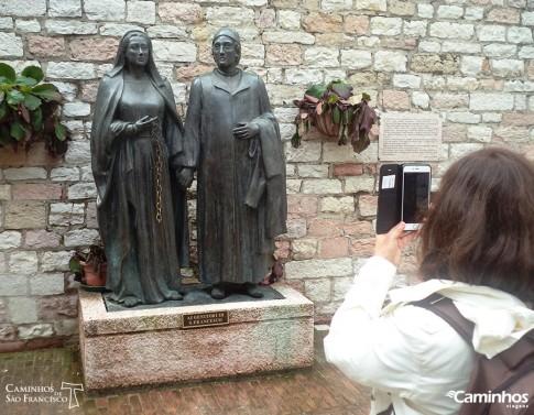 Estátua dos pais de Francisco, Assis